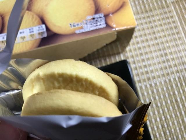 セブンプレミアム:濃厚で香り豊かなバタークッキーの個包装を開封したところ