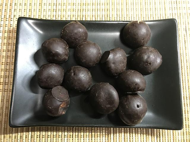 セブンプレミアム:チョコチップ入りのチョコ鈴カステラを小皿に取り分けたところ