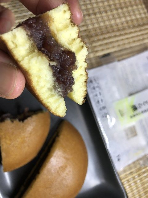 セブンプレミアム:北海道産小豆使用どら焼を切ってつまんだところ