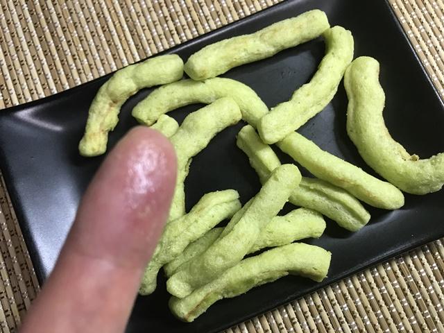 セブンプレミアム:素朴な豆の味わい えんどう豆スナックをつまんでギトギトになった指