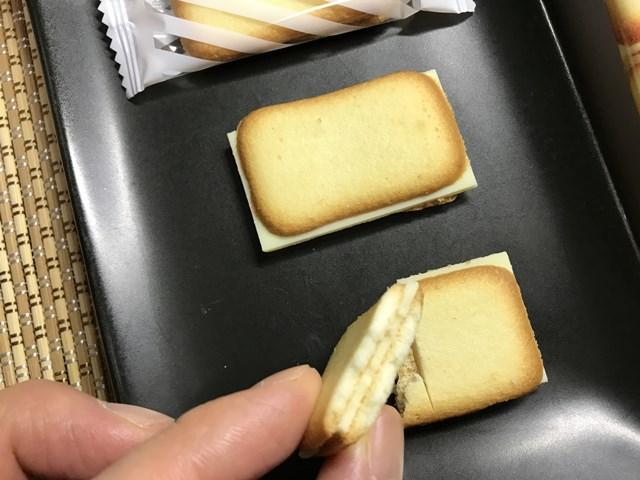 セブンプレミアム:ラングドシャホワイトチョコを割って手にもったところ