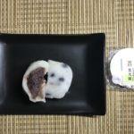 セブンプレミアム:北海道産小豆の豆大福を切って皿に乗せたところ