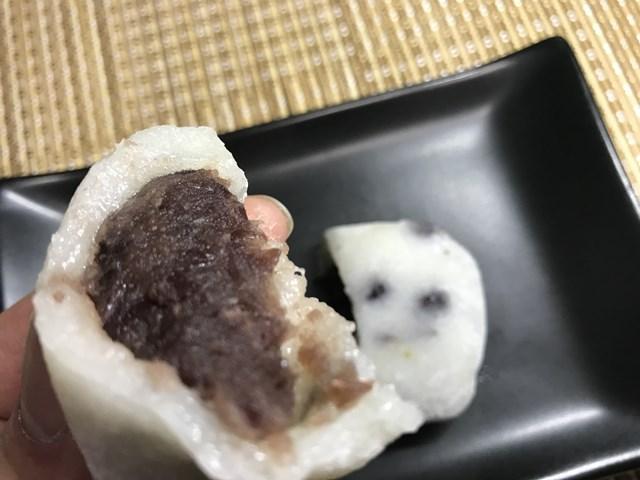 セブンプレミアム:北海道産小豆の豆大福を半分に切って持ったところ