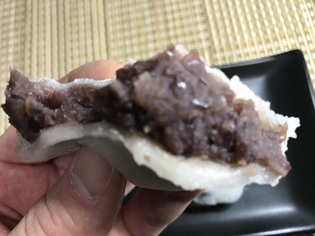 セブンプレミアム:北海道産小豆の豆大福を割ったところ