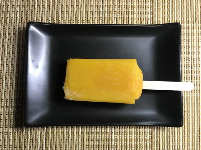 セブンプレミアム:まるで完熟マンゴーを冷凍したような食感のアイスバーを小皿に並べたところ