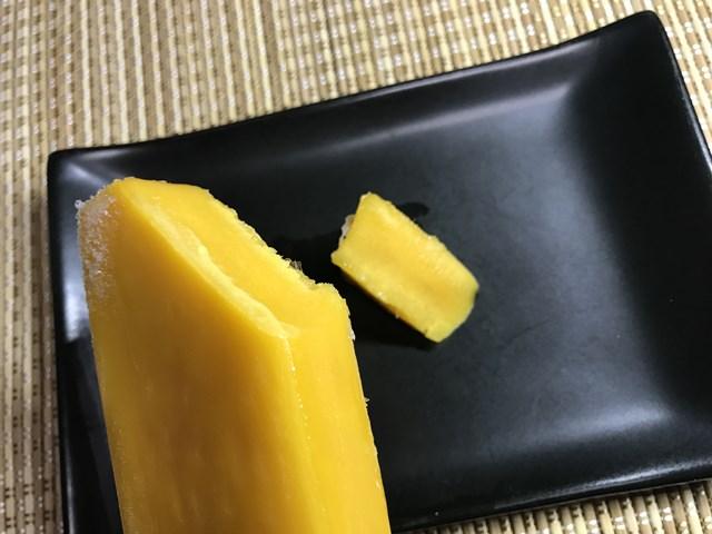 セブンプレミアム:まるで完熟マンゴーを冷凍したような食感のアイスバーを切って小皿に並べたところ