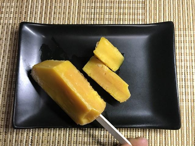 セブンプレミアム:まるで完熟マンゴーを冷凍したような食感のアイスバーを切った所