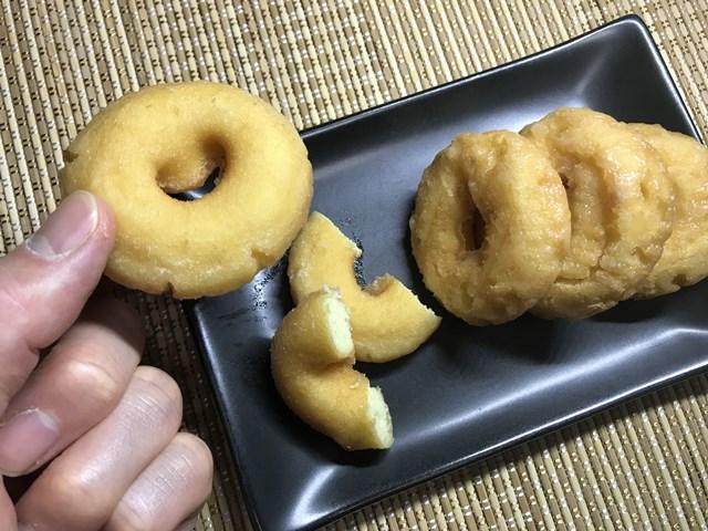 セブンプレミアム:ミニリングドーナツを指でつまんだところ