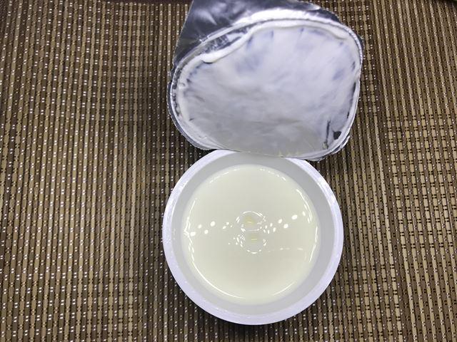 セブンプレミアム:とろける食感杏仁豆腐 フタをはがしている途中