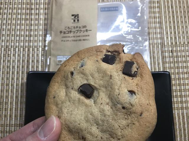 セブンカフェ:ごろごろチョコのチョコチップクッキーを持ったところ