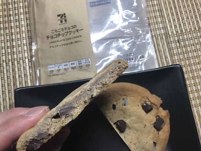 セブンカフェ:ごろごろチョコのチョコチップクッキーを切ったところ