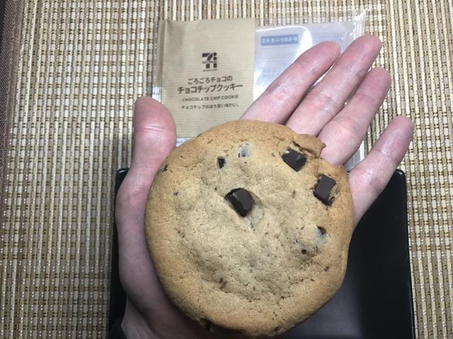 セブンカフェ:ごろごろチョコのチョコチップクッキーを掌に載せたところ