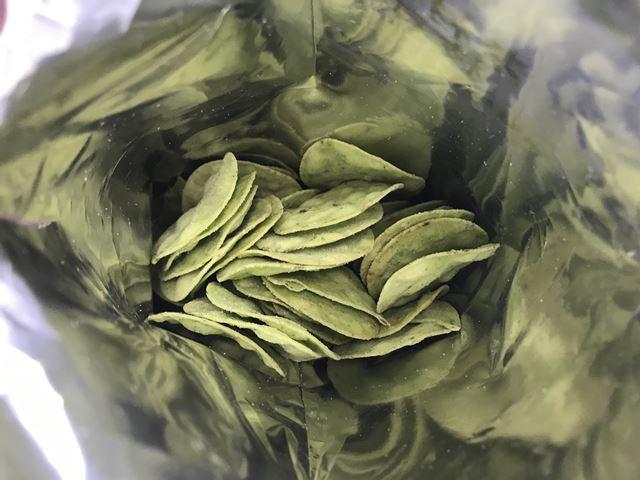 セブンプレミアム:素材のおいしさ枝豆チップスの袋を開封したところ