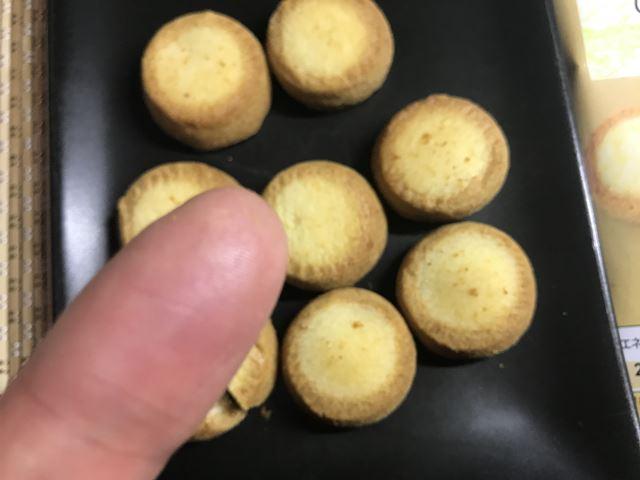 セブンプレミアム:風味豊かなひとくちチーズタルトを触った指