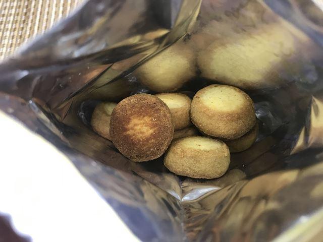 セブンプレミアム:風味豊かなひとくちチーズタルトの袋を開封したところ