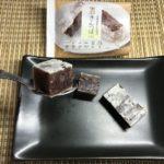 セブンプレミアム:北海道産小豆使用きんつばを切ってスプーンですくったところ