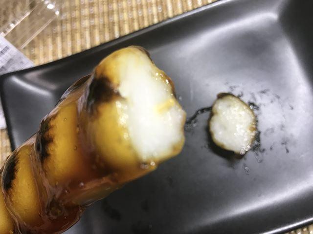 セブンプレミアム:二段熟成醤油だれ串団子を半分に切ったところ
