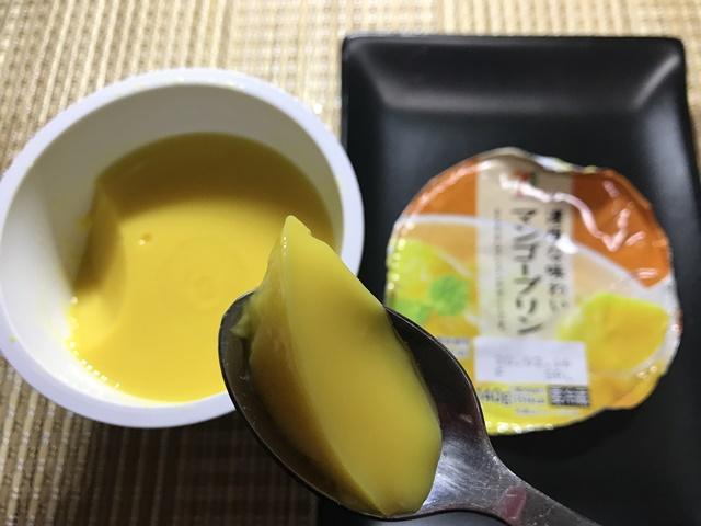 セブンプレミアム:濃厚な味わいマンゴープリンをスプーンですくったところ