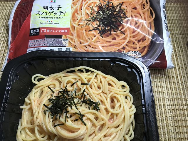 セブンプレミアム:明太子スパゲッティ チンしたあとにかき混ぜてきざみ海苔を振ったところ