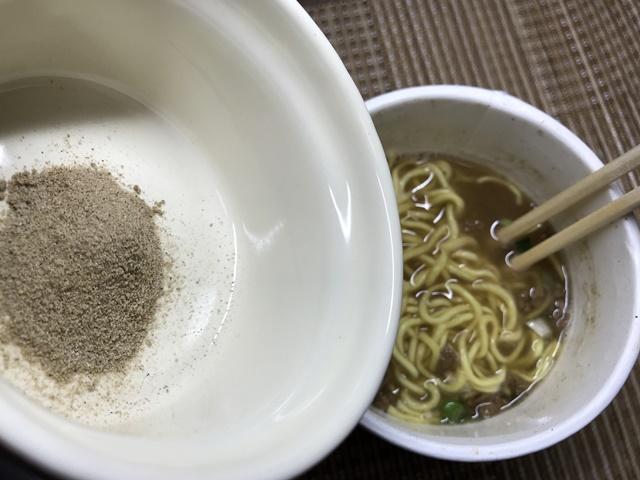 セブンプレミアム:焼き煮干しのうま味がきいた 煮干しラーメンにお湯を入れて3分経ったので後入れの魚粉を入れるところ