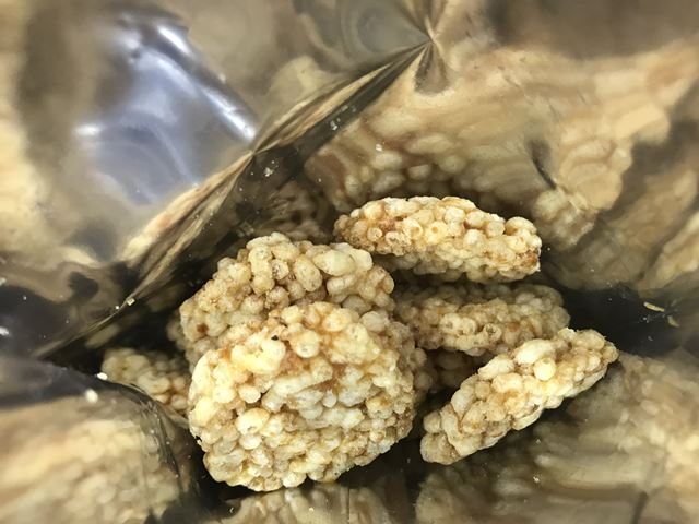 セブンプレミアム:つぶつぶ食感のもち麦おこげせん 袋を開封したところ