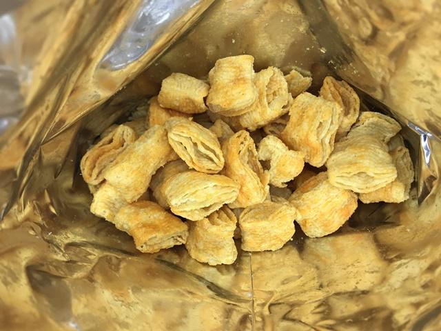 セブンプレミアム:3種のチーズを使用したサクサクコーン 袋を開封したところ