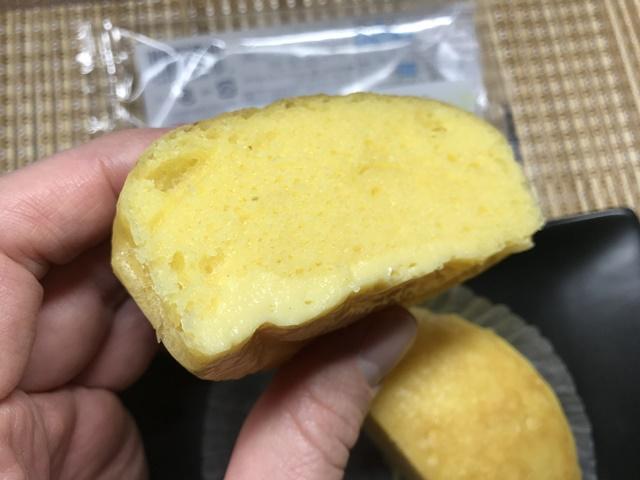 セブンプレミアム:種子島産安納芋のスイートポテト風蒸ケーキを切ってカスタードの層が見えたところ