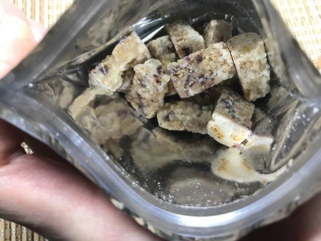 セブンプレミアム:クランベリーの果実感じるホワイトクランチチョコの袋をあけたところ