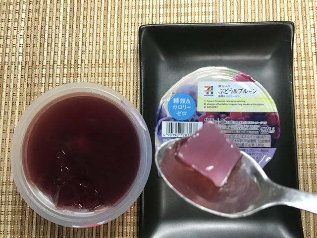 セブンプレミアム:ぶどう&プルーンのナタデココをスプーンですくったところ