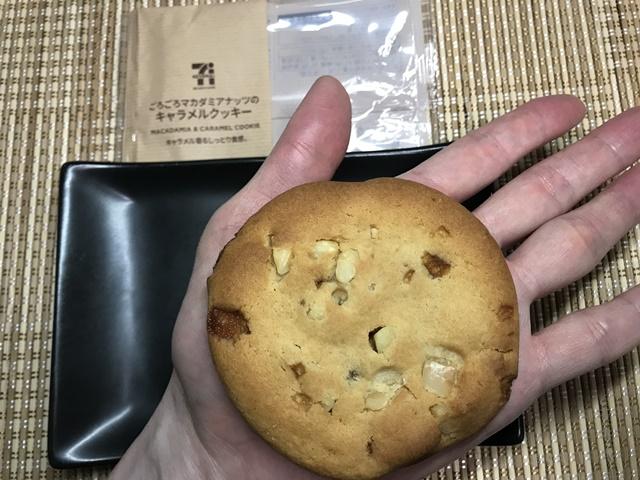 セブンカフェ:ごろごろマカダミアナッツのキャラメルクッキーを掌に載せたところ