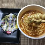 セブンプレミアム:蒙古タンメン中本 極豚ラーメンを箸で持ち上げたところ