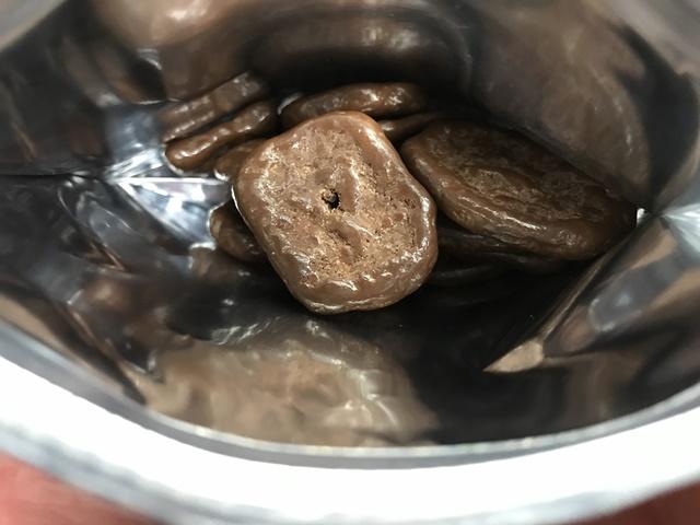 セブンプレミアム:バナナチップスチョコの袋を開封したところ