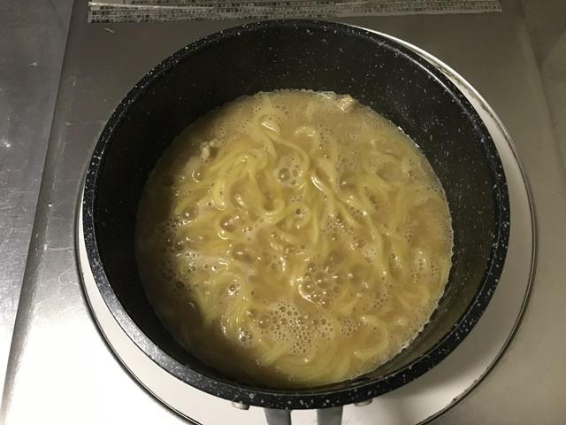 セブンプレミアム:具付き味噌ラーメン 鍋にスープを入れて一煮立ちさせたところ