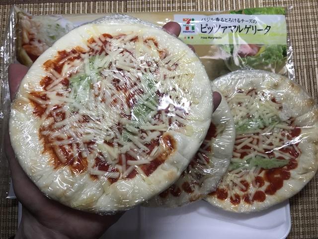 セブンプレミアム:バジル香るとろけるチーズのピッツァマルゲリータを掌に載せたところ
