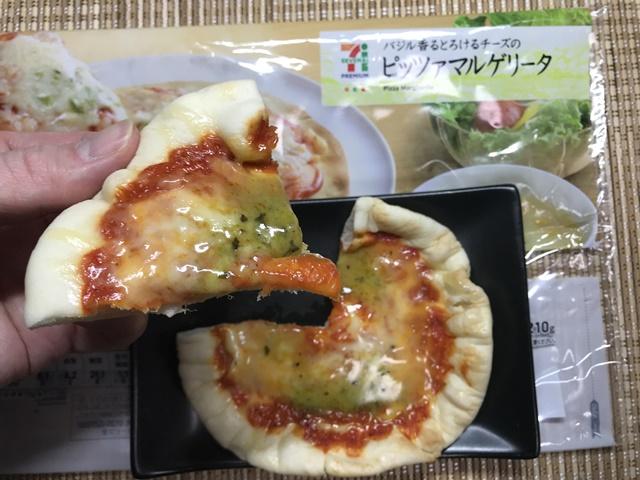 セブンプレミアム:バジル香るとろけるチーズのピッツァマルゲリータを切って手に持ったところ