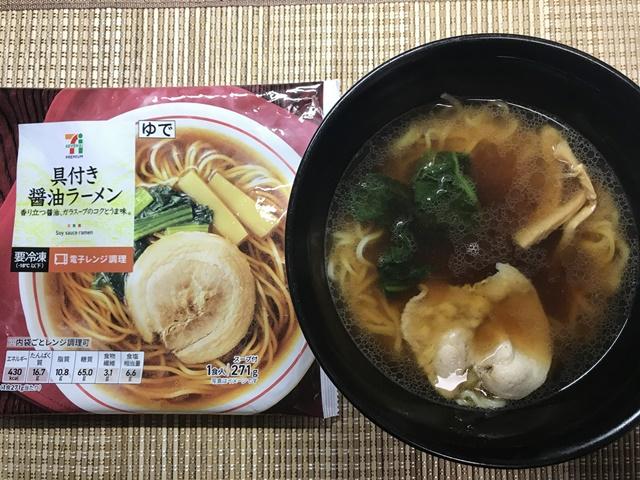 セブンプレミアム:具付き醤油ラーメン 麺と具のチンが終わりスープに入れたところ