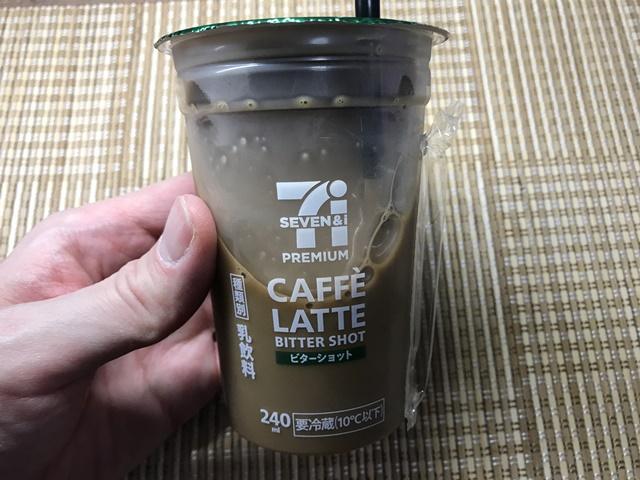 セブンプレミアム:カフェラテ ビターショットを手に持ったところ