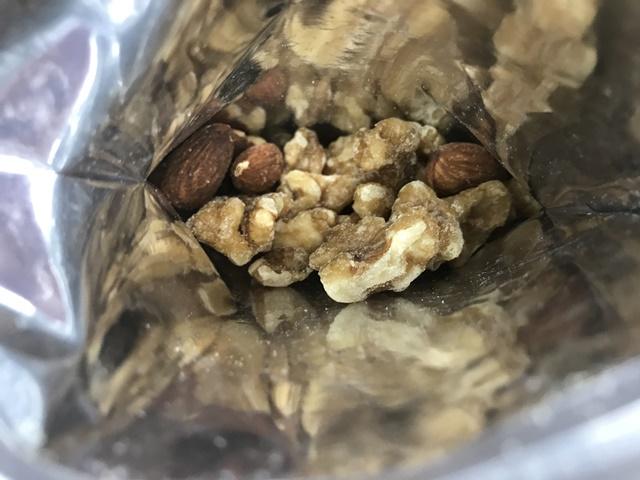 セブンプレミアム:素焼きアーモンドとメープルシロップくるみ 袋を開封したところ