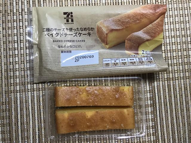 セブンカフェ:二種のチーズを使ったなめらかベイクドチーズケーキ 袋を開けたところ