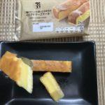セブンカフェ:二種のチーズを使ったなめらかベイクドチーズケーキを切ってスプーンですくったところ