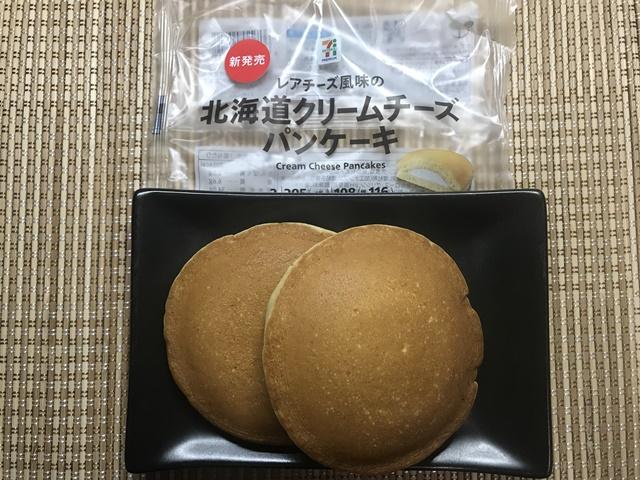 セブンプレミアム:レアチーズ風味の北海道クリームチーズパンケーキを小皿に盛りつけたところ
