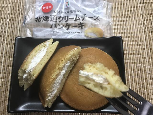 セブンプレミアム:レアチーズ風味の北海道クリームチーズパンケーキをフォークで刺したところ