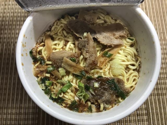 セブンプレミアム:らぁ麺 飯田商店 後入れスープを入れたところ