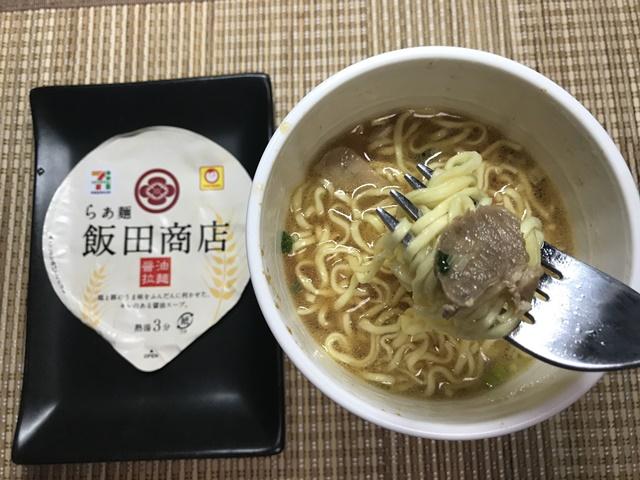 セブンプレミアム:らぁ麺 飯田商店をフォークですくったところ