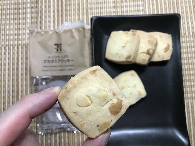 セブンカフェ:ナッツたっぷりマカダミアクッキーを手に持ったところ