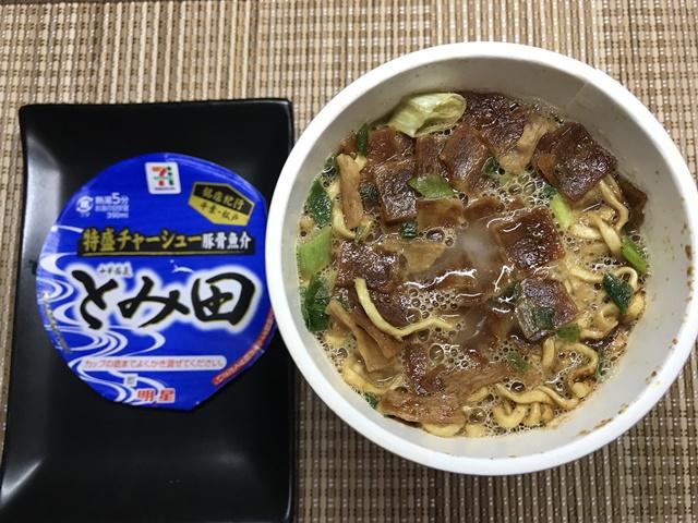 セブンプレミアム:銘店紀行 中華蕎麦とみ田 後入れの液体スープを入れたところ
