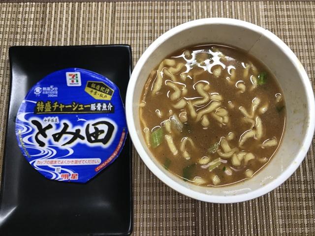 セブンプレミアム:銘店紀行 中華蕎麦とみ田 後入れスープを入れたかき混ぜたところ