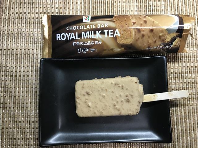セブンプレミアム:ロイヤルミルクティーチョコレートバーを小皿に乗せたところ