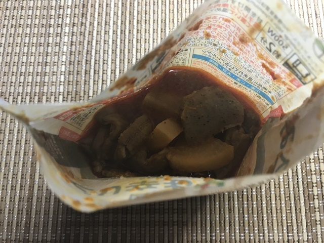 セブンプレミアム:国産豚もつ使用ピリ辛もつ煮込み チンし終わって袋を開けたところ