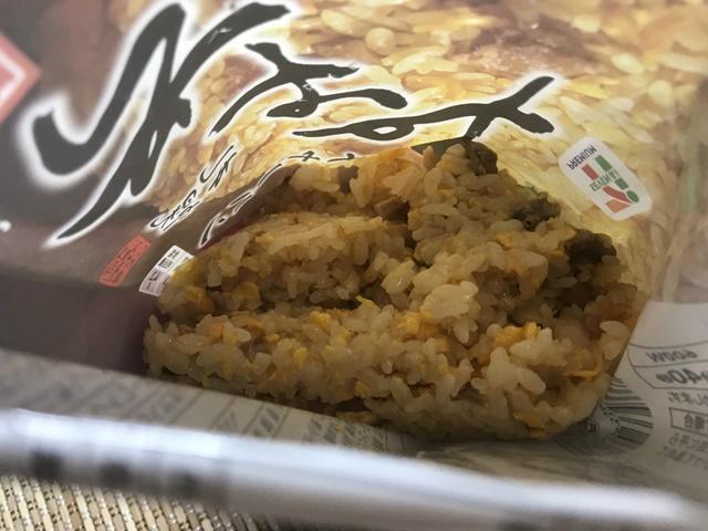 セブンプレミアム:札幌すみれチャーハン チンして袋を開けたところ
